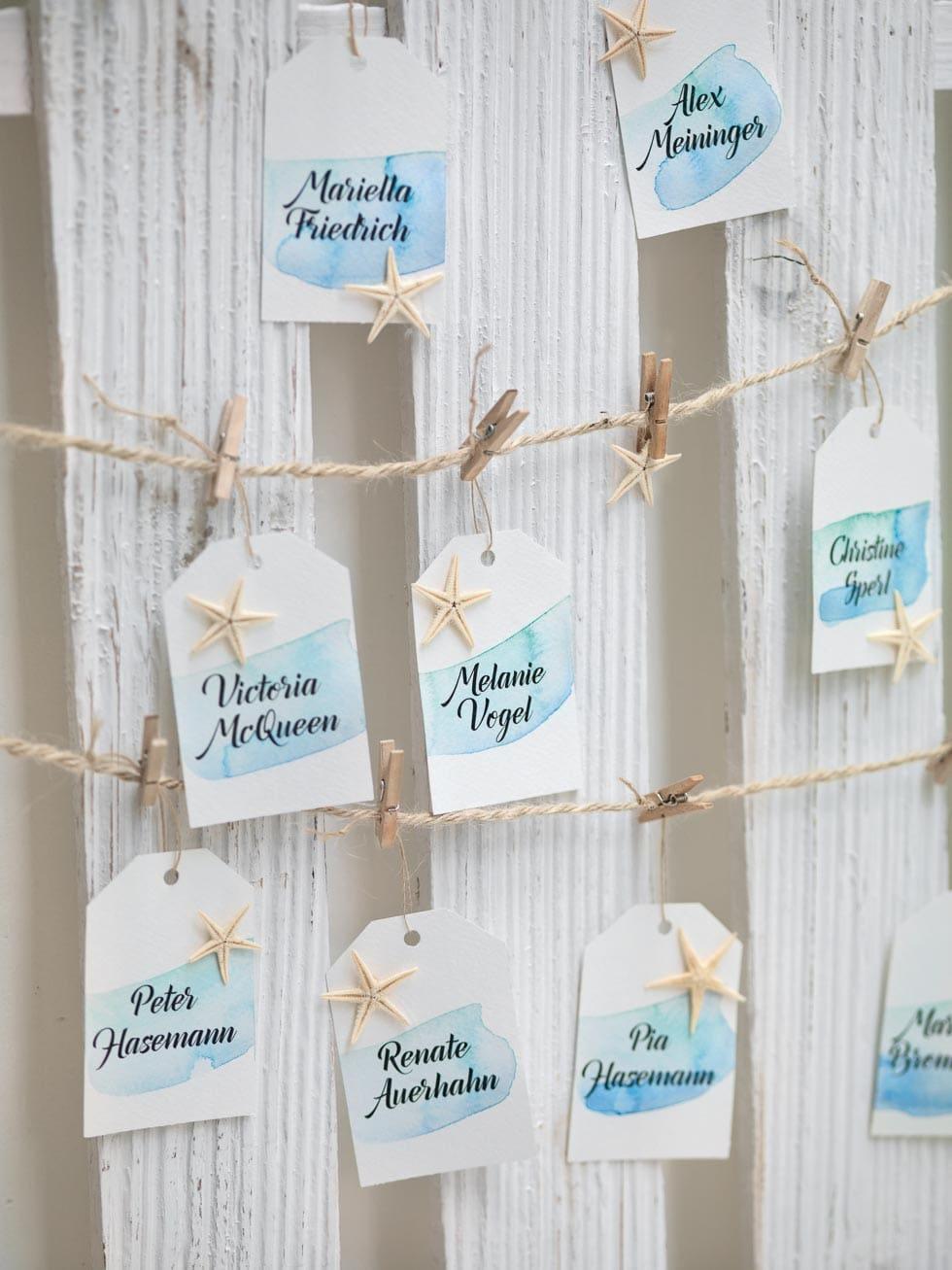 diy tischplan zur hochzeit mit namenskarten anh ngern hochzeit planen mit weddingstyle. Black Bedroom Furniture Sets. Home Design Ideas