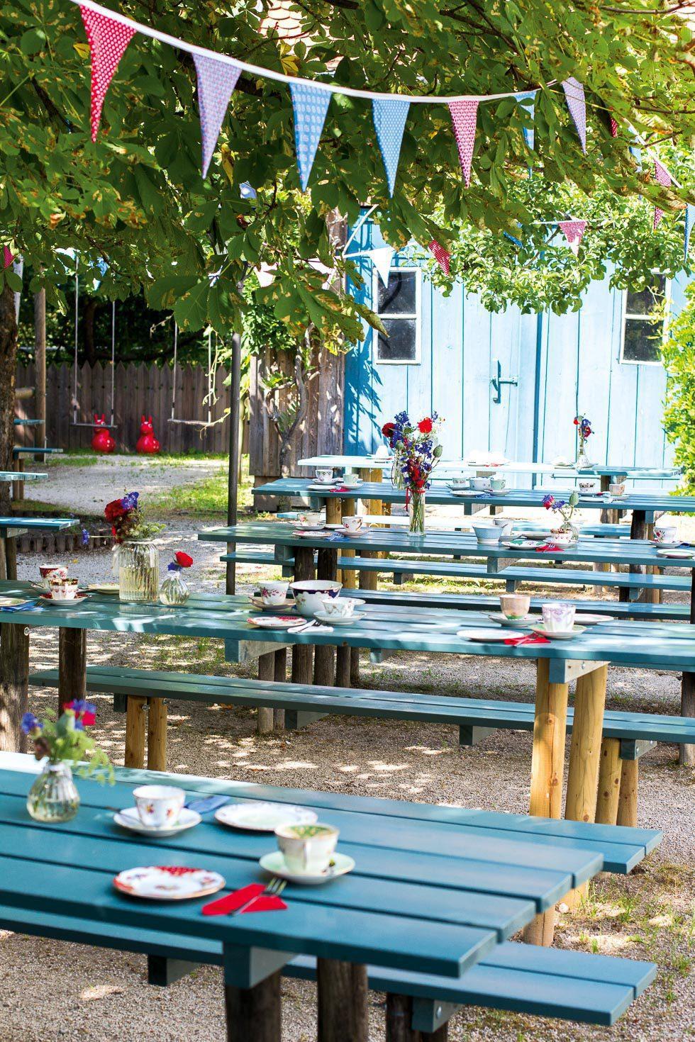 Biergarten mit Vintage-Geschirr dekoriert
