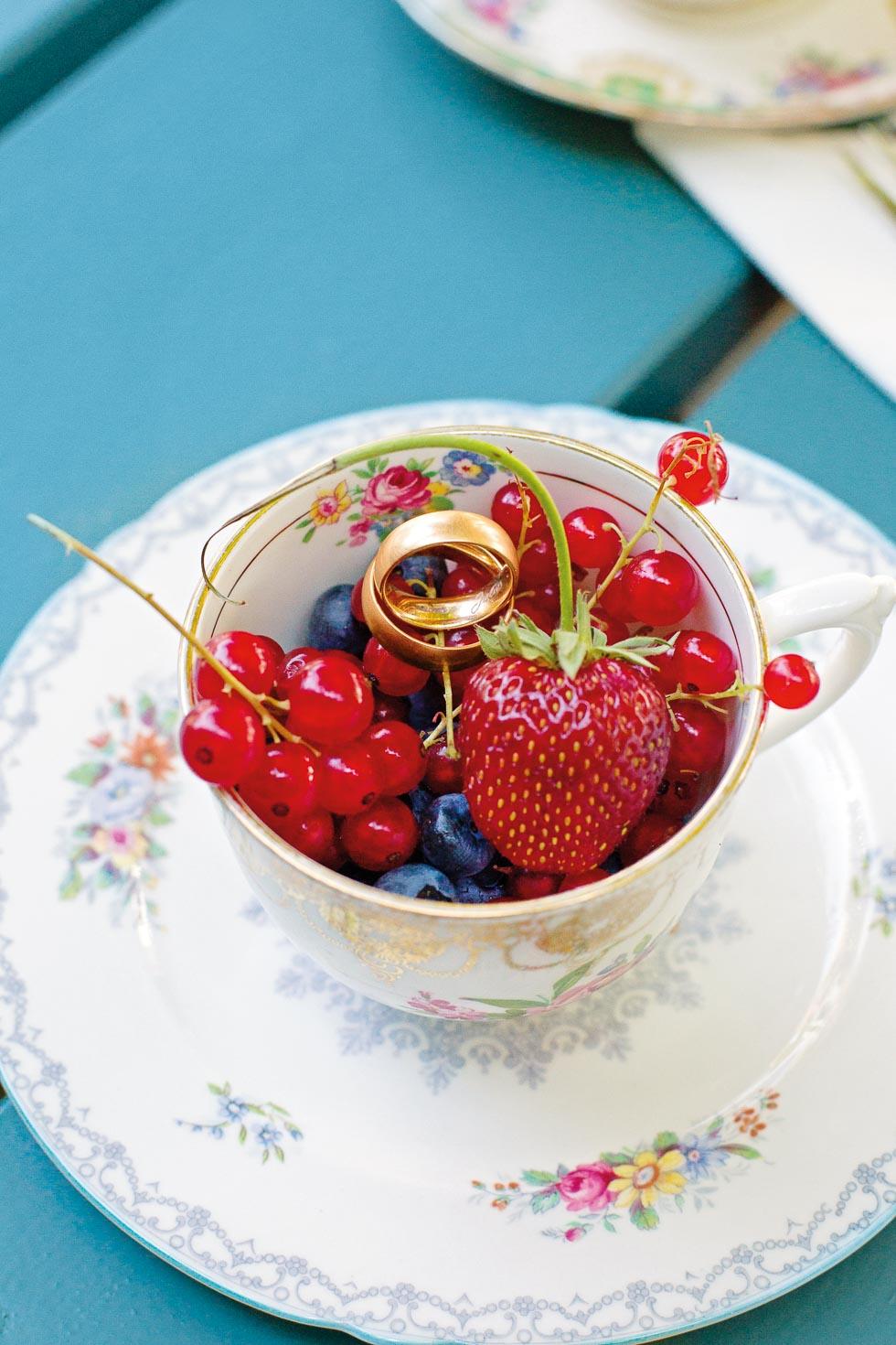 Vintage-Geschirr mit Beeren als Ringkissen