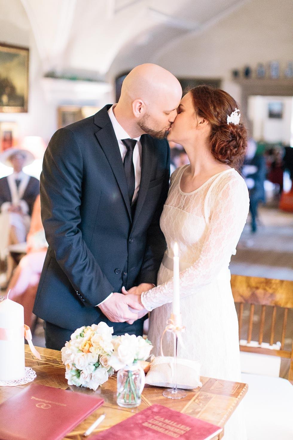 Hochzeitskuss des Brautpaares