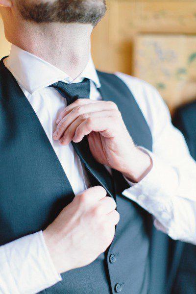 Bräutigam während Getting Ready