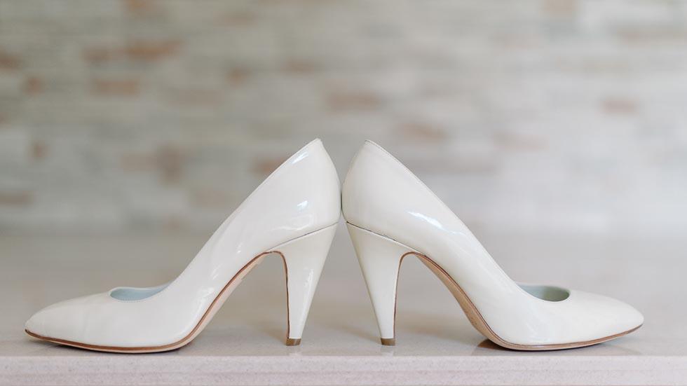 Weiße Brautschuhe mit hohen Absätzen