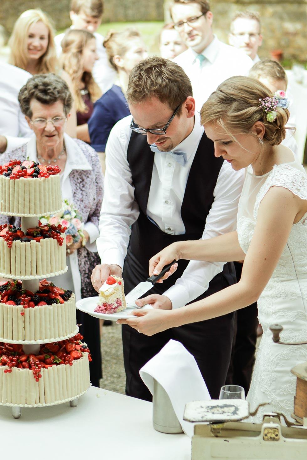 Brautpaar beim anschneiden der vierstöckigen Torte