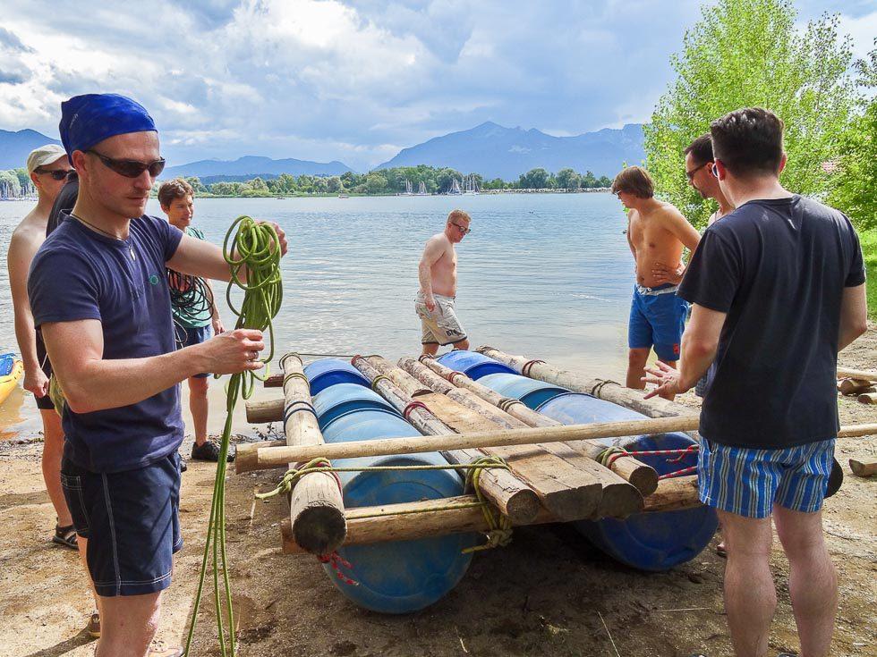 Junggesellenabschied: Bräutigam beim Bau von Floß