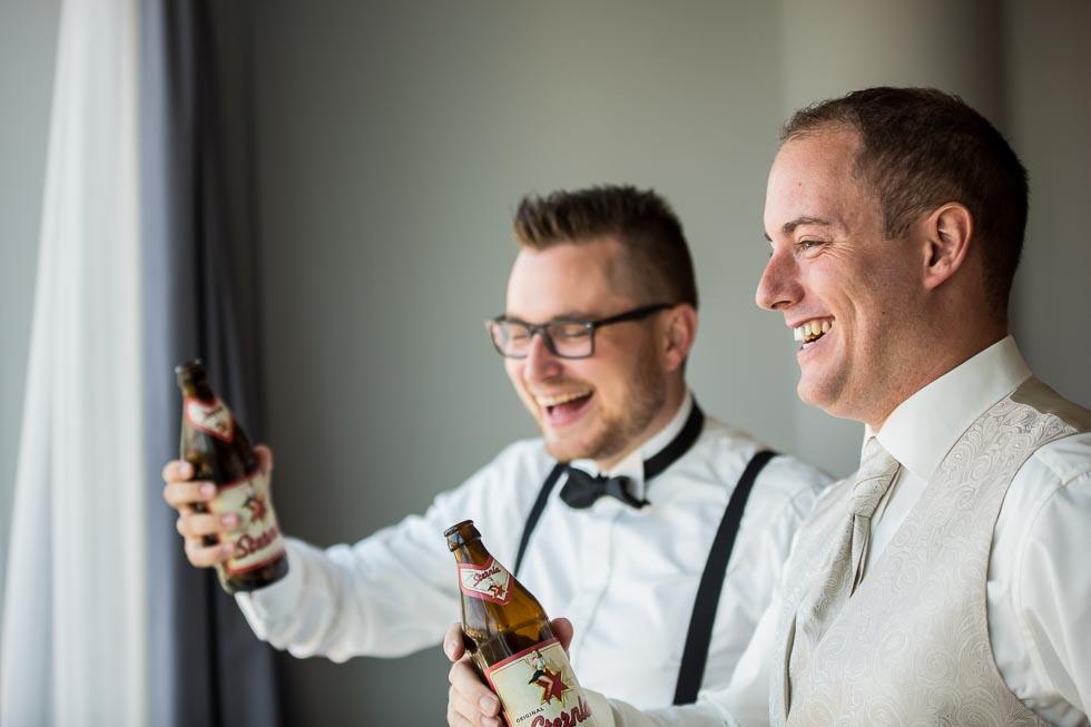 Bräutigam mit Trauzeuge trinken ein Bier während des Getting Ready