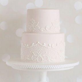 Hochzeitstorte Rosé mit Spitzendekor