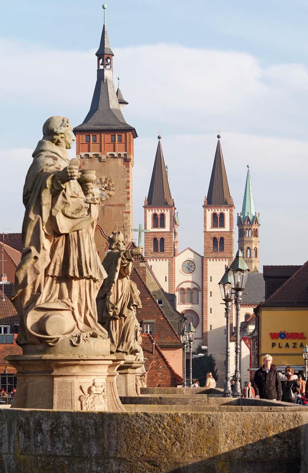 Barocke Figuren der Alten Mainbrücke mit Blick auf Dom