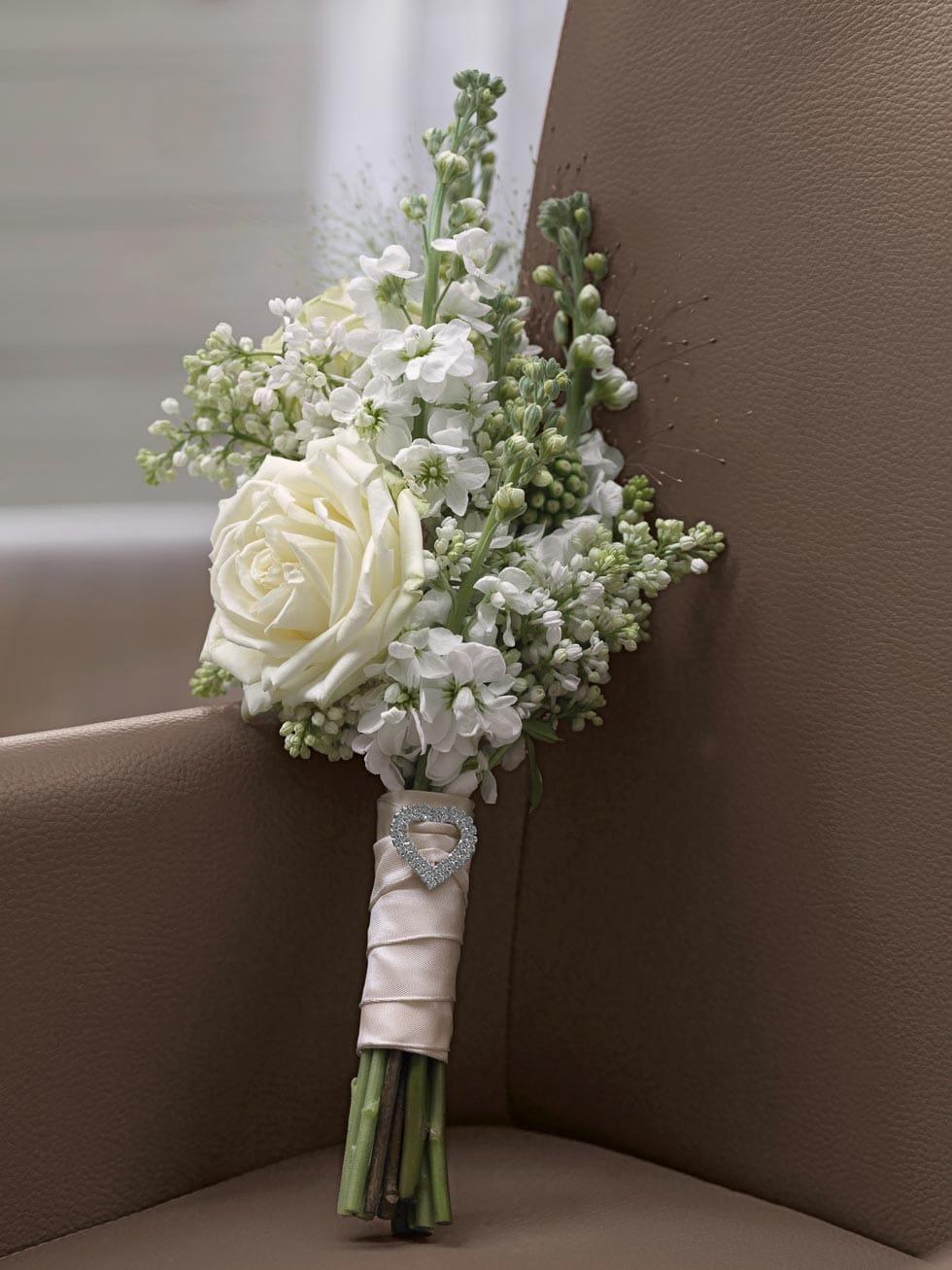 Brautstrauß mit Rosen und Flieder