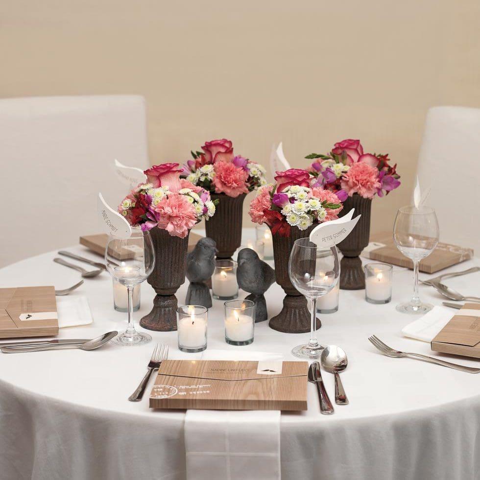 Elegante Tischdeko für eure Hochzeit in der Scheune