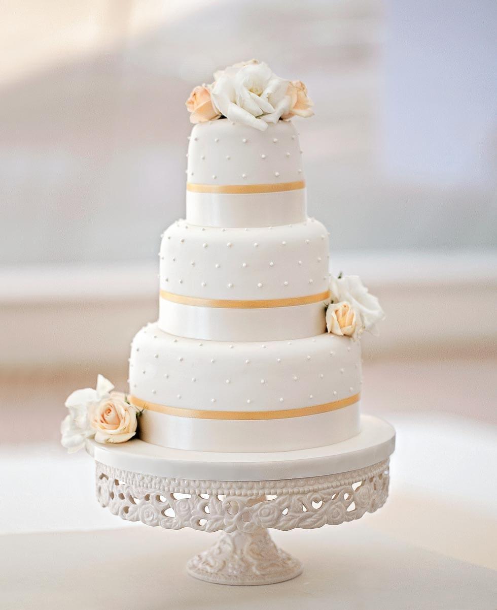 Hochzeitstorte mit frischen Blüten