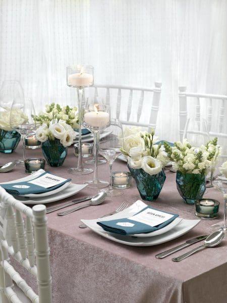 Tischdekoration mittürkisfarbenen Vasen