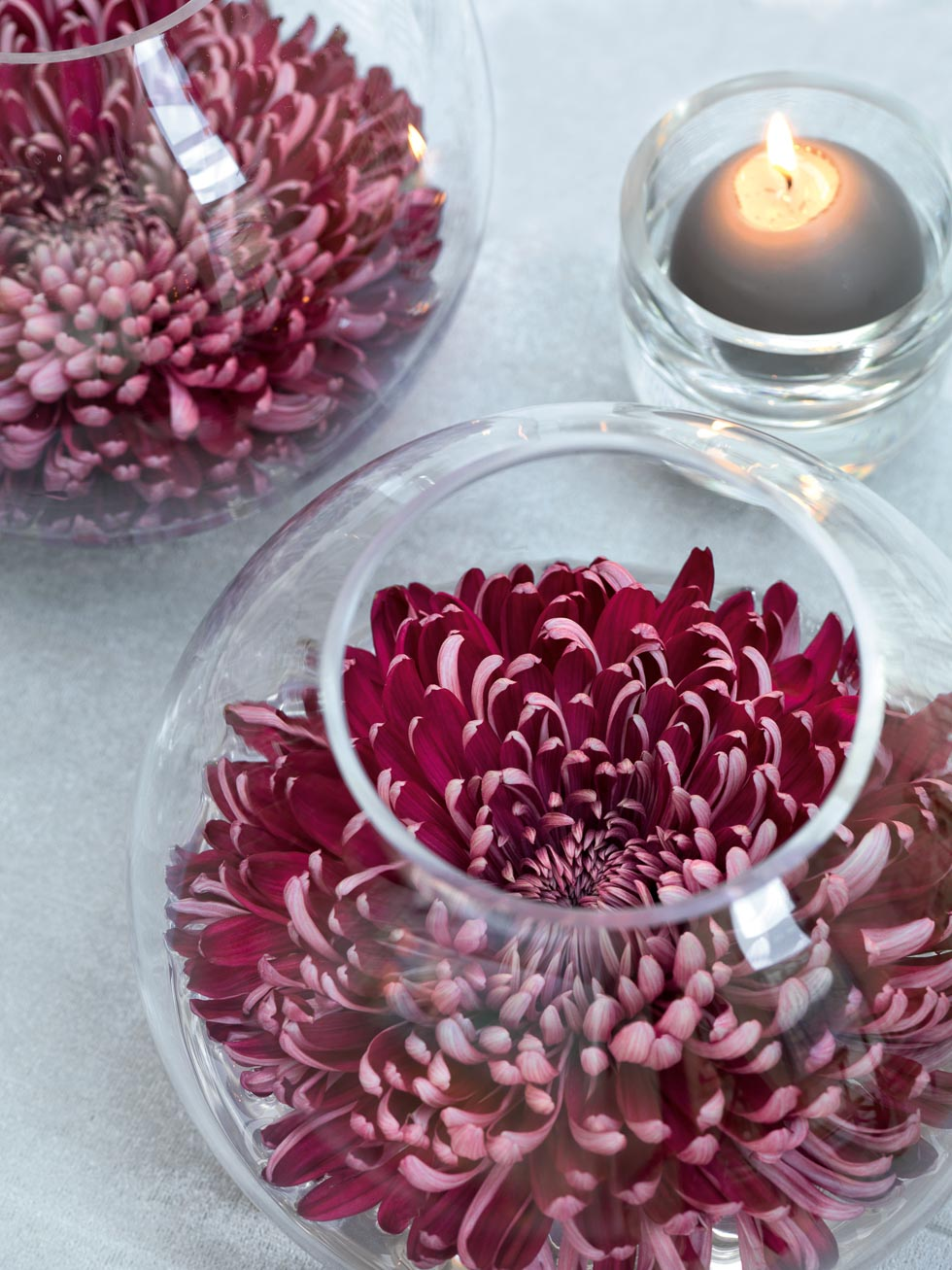 Tischdekoration Seerosen in Kugelvasen