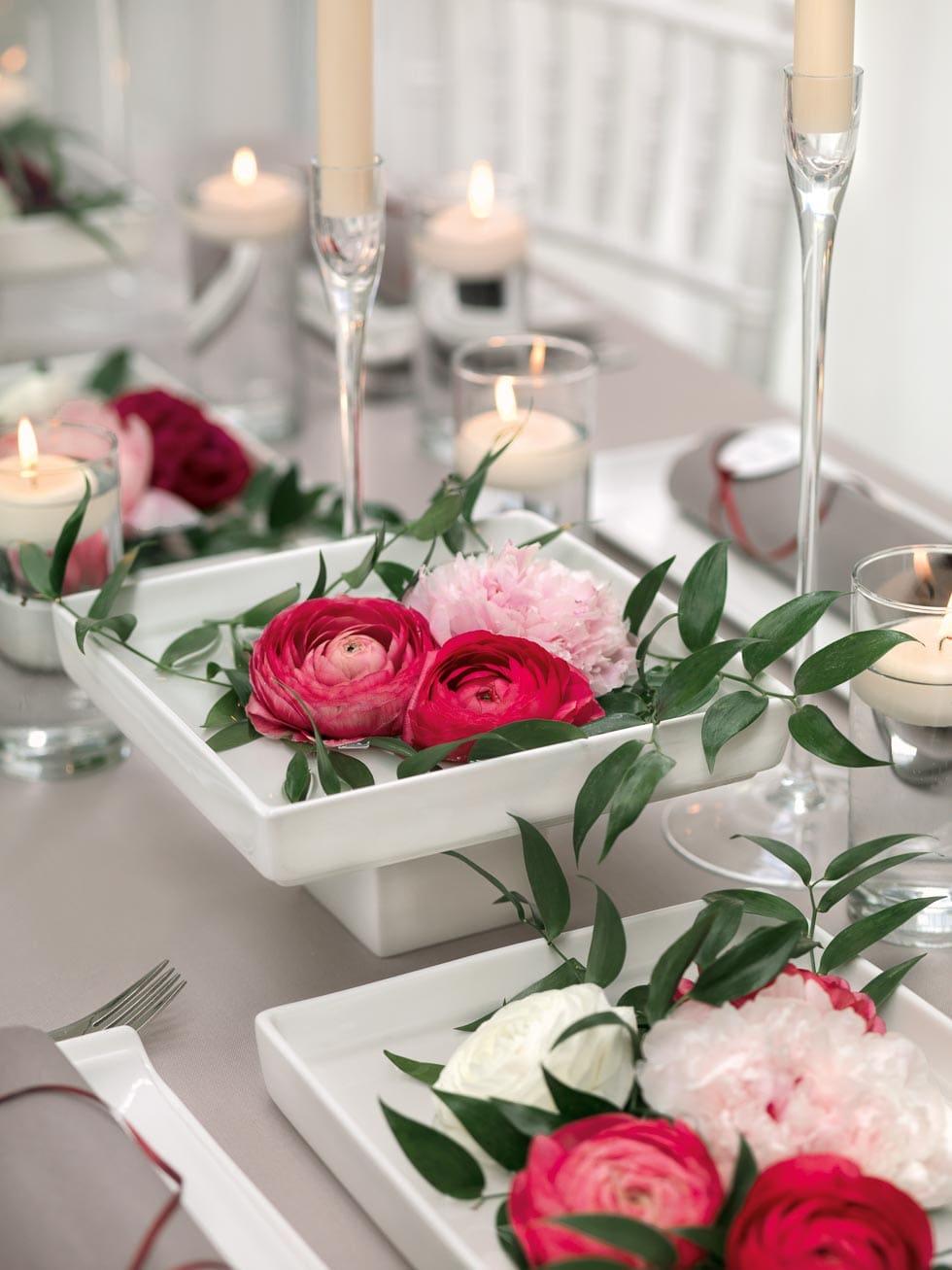 Tischdekoration Wasserschalen mit Pfingstrosen