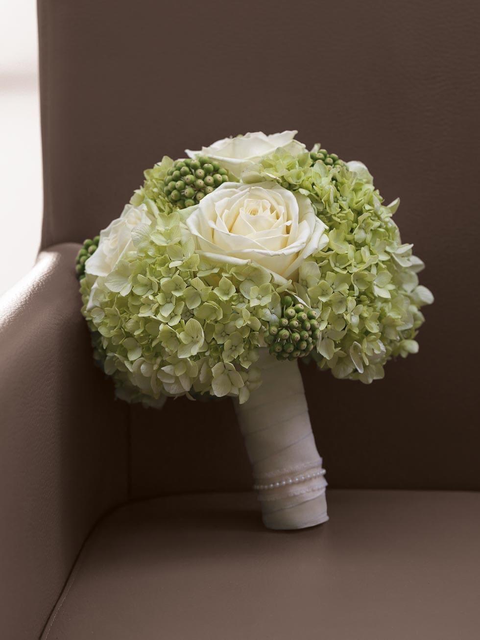 brautstrau wei und gr n hochzeit planen mit weddingstyle. Black Bedroom Furniture Sets. Home Design Ideas
