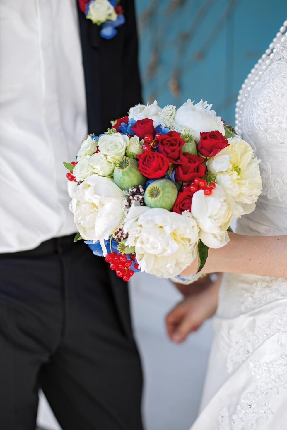 Brautstrauß Weiß, Rot, Blau und Grün