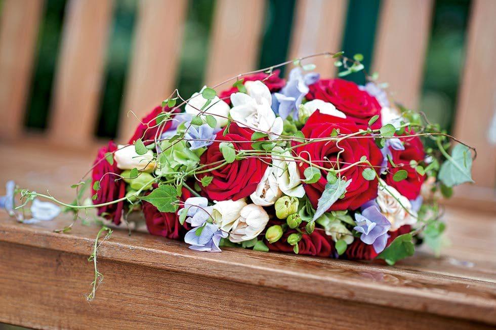 Brautstrauß Weiß, Rot und Flieder