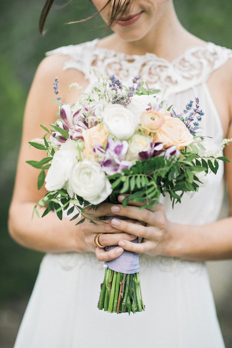 Brautstrauß Lila, Weiß und Pfrisich