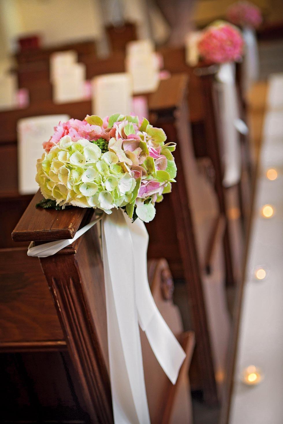 kirchendekoration hochzeit planen mit weddingstyle. Black Bedroom Furniture Sets. Home Design Ideas