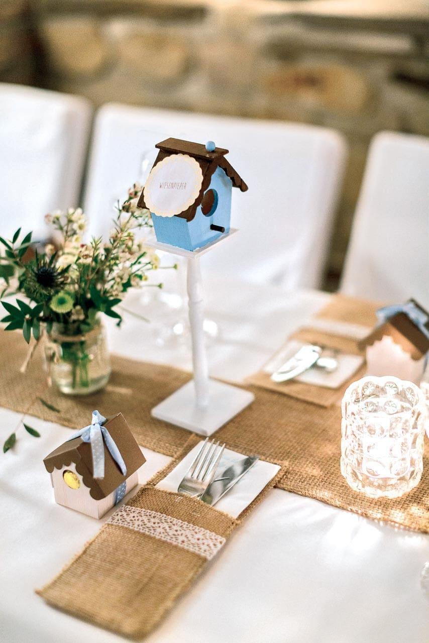 Tischnummer als Vogelhäuschen mit kreativen Tischnamen