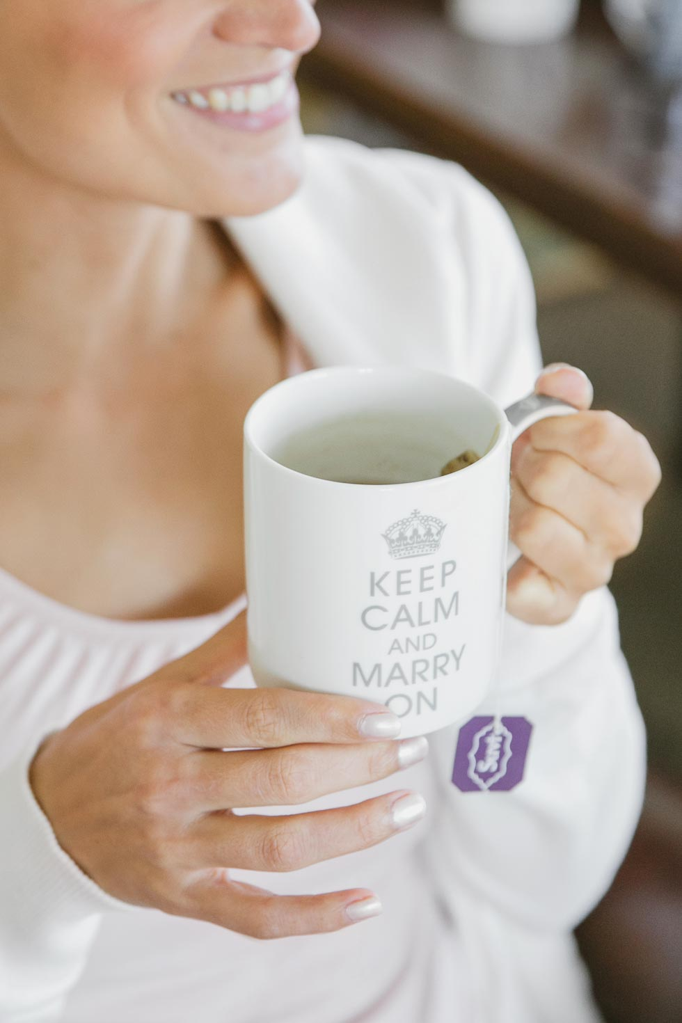 Braut mit Tasse Keep calm and marry on
