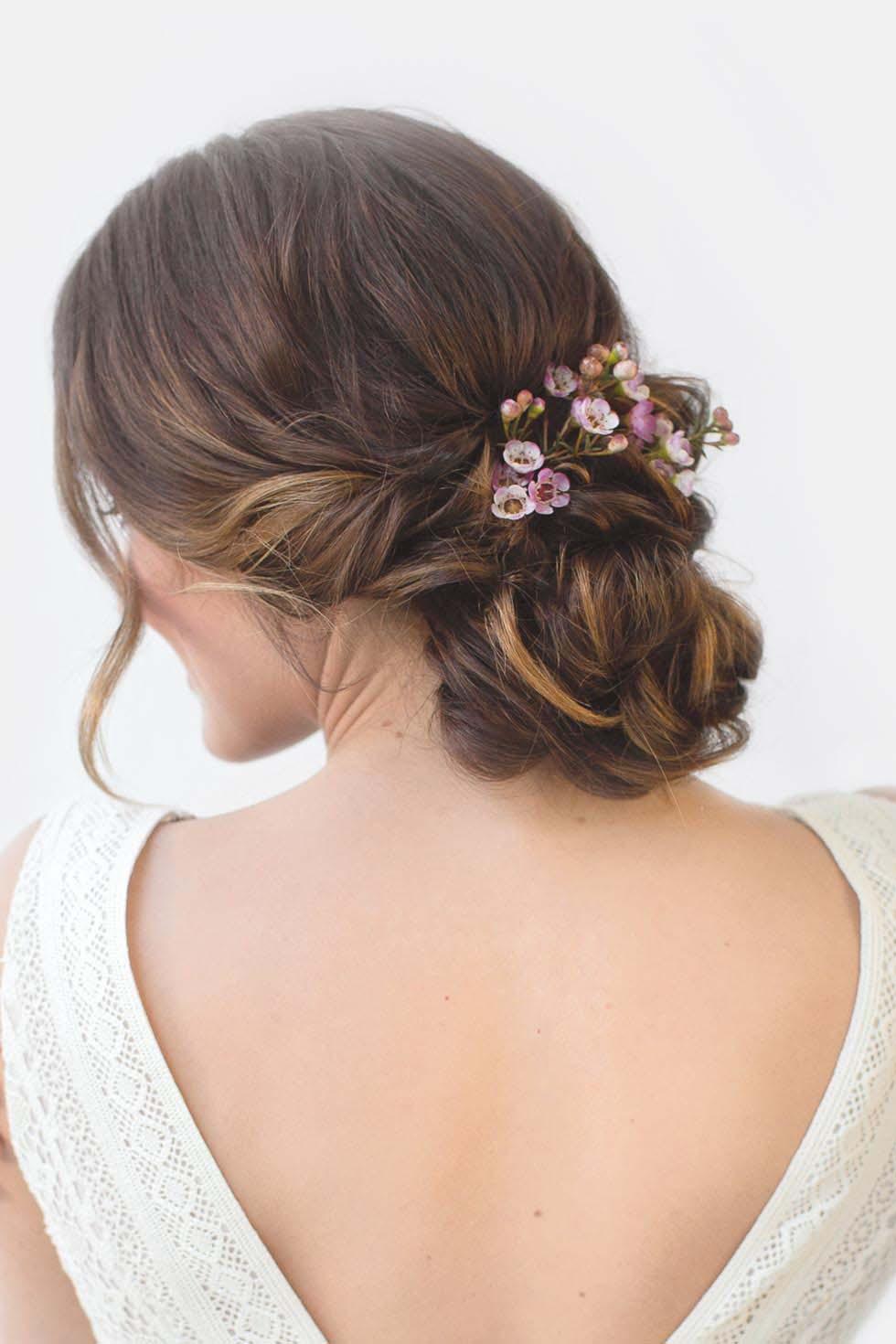 Hochsteckfrisur Blumen Braut