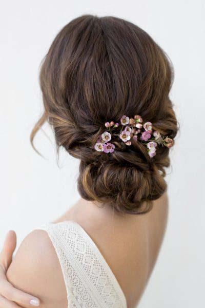 Brautfrisur hochgesteckt Blumen
