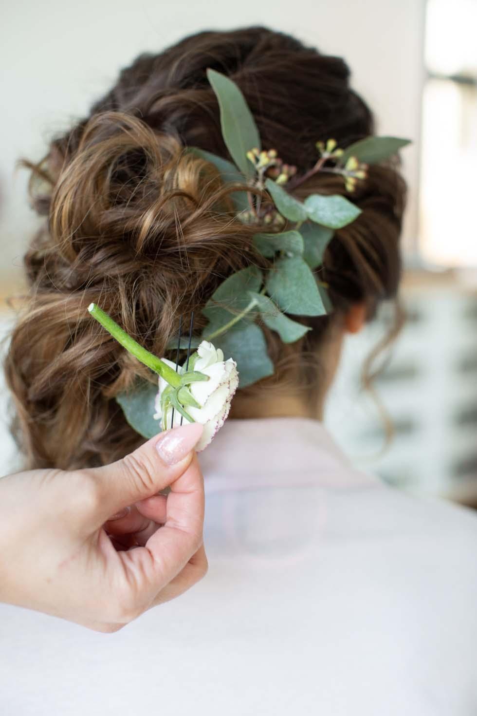 Brautfrisur mit Blumen Anleitung