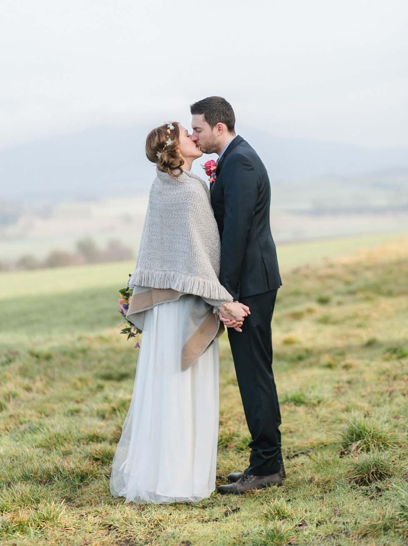 Boho Brautpaar Kuss Hochzeitsfoto