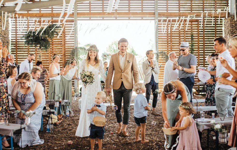 Auszug Brautpaar Scheune