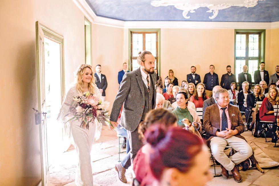 zug Brautpaar in das Standesamt