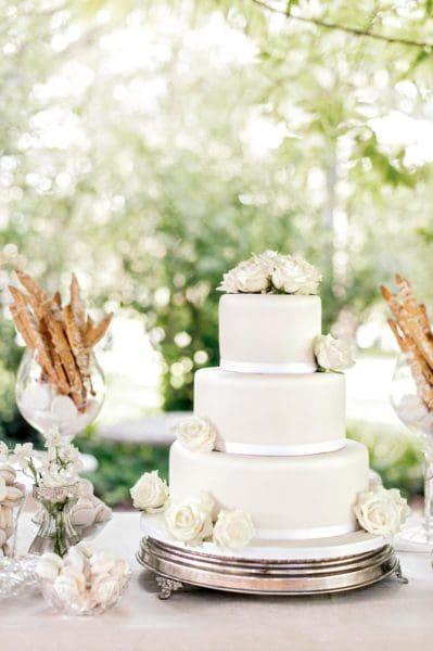 Hochzeitstorte Weiß Blumen