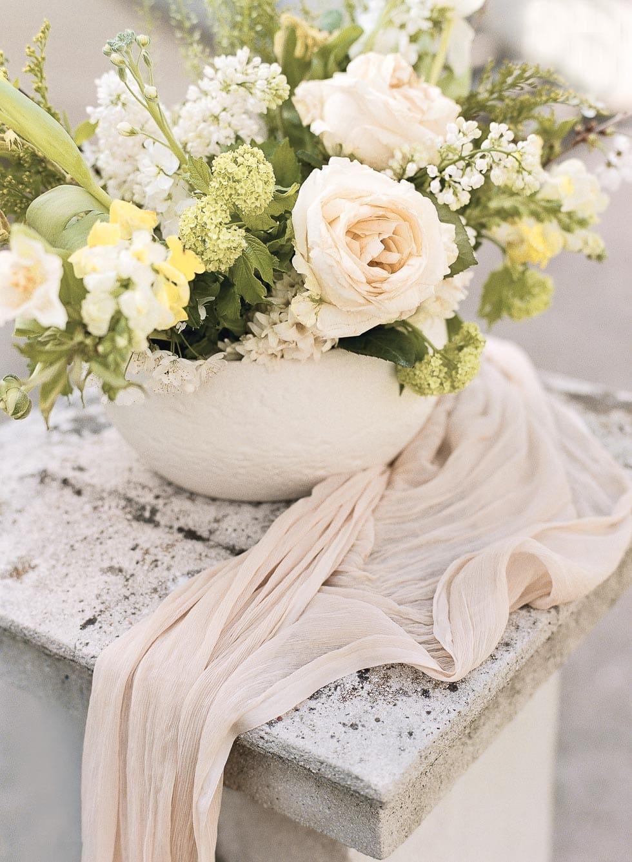 Hochzeitsdeko Blumengesteck Weiß Creme Grün