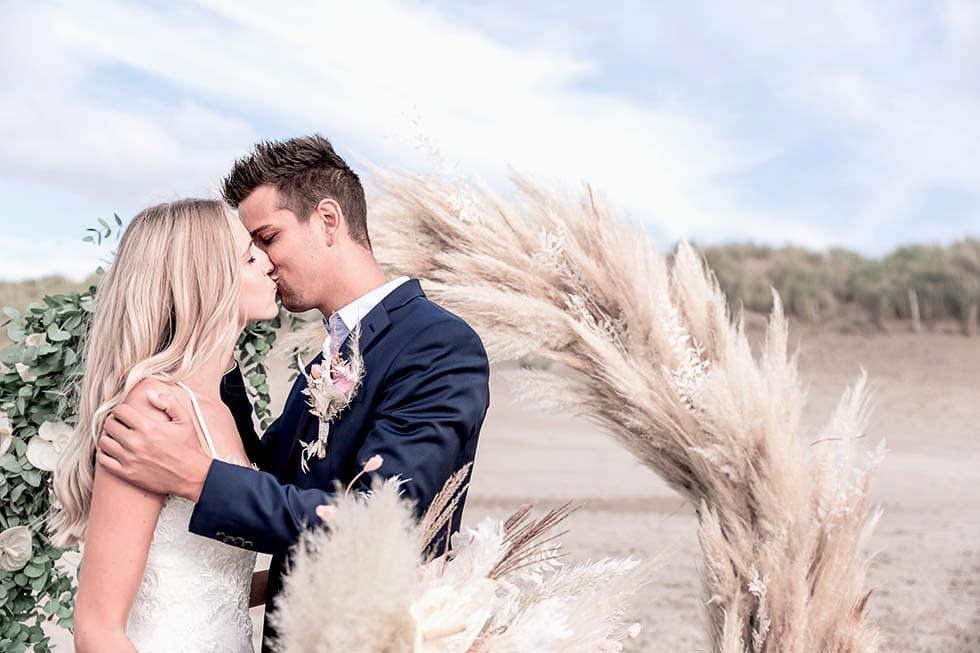 Brautpaar Traubogen Pampas